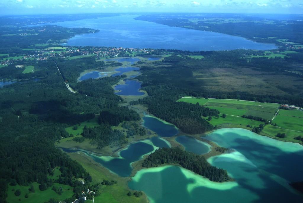 Luftaufnahme der Osterseen, Blick nach Norden in Richtung Starnberger See.